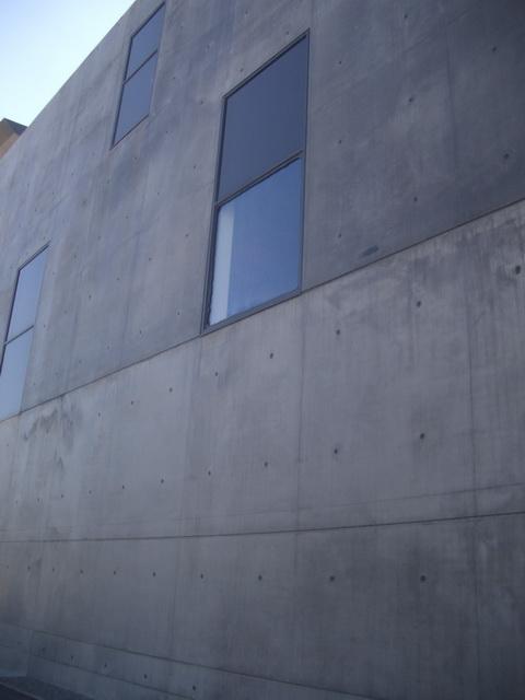 Ici, la vitre noire devant protéger des rayons du soleil est entièrement cassée