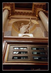 statue-de-lordre-public-avec-sa-lance-208x300