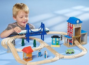 petit garçon avec son train en bois