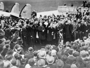 Neuville Chamberlain revenant avec les accords de Munich à Londres